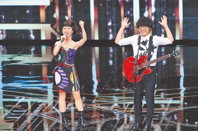 Lulu黄路梓茵(左)与卢广仲金钟典礼表演精采,缓和了回顾已故影人的悲伤气氛。(三立提供)