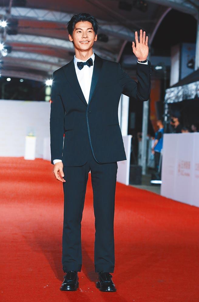 許光漢穿DIOR黑色西裝搭配小領結,整體造型已有王者之風。