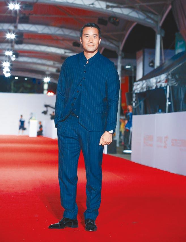 張孝全穿亞曼尼藍色無領式西裝,一派休閒的造型,流露品味毫不費力。