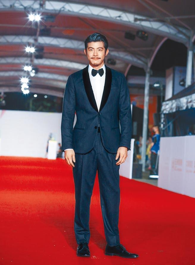 王柏傑穿亞曼尼深藍色西裝,蓄著鬍子的造型流露壞壞的帥氣。
