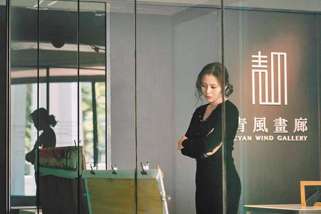 劉品言在片中飾演腹黑的畫廊老闆娘,辦事手腕高明。(好威映象提供)