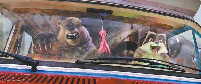 大灰熊和浣熊駕車大闖叢林冒險。(可樂電影提供)