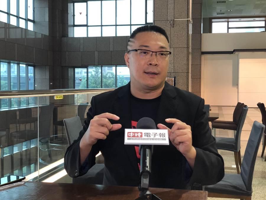「宅神」朱學恒在臉書PO文KUSO「我是台灣人」T恤 (圖/中時新聞網)