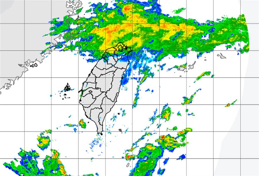 東北風增強及華南雲雨區水氣移入,北部、東部持續濕涼。(中央氣象局提供)