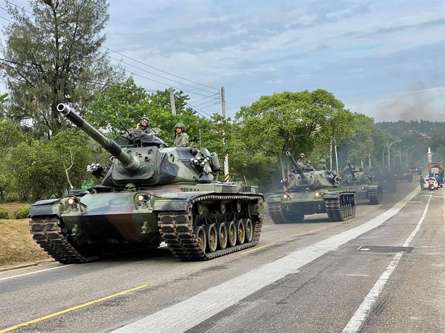陆军金防部金门守备大队战车营战一连执行战车机动任务,快速、准确进入管制定点就位。(金门守备大队战车营提供)