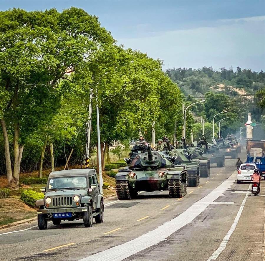金防部战车群轰隆上路,展现迅捷、勇猛和精实的整体战力。(金门守备大队战车营提供)