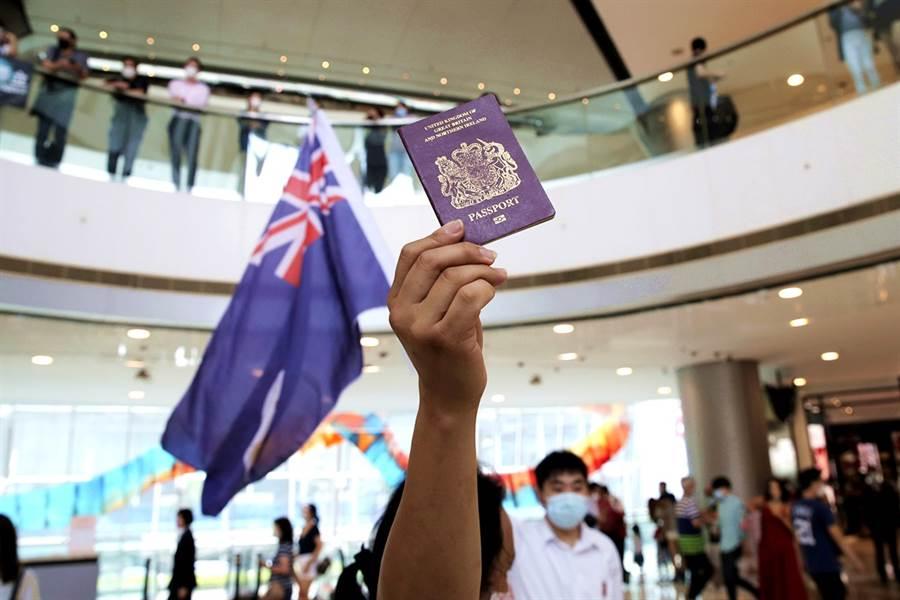 香港《南華早報》報導,2019年申請續簽英國國民(海外)護照(BNO)的香港人人數創下新高,主因並不是大陸今年中推動《香港國安法》,而是因為連月來的反政府示威運動撼動香港。(資料照/美聯社)
