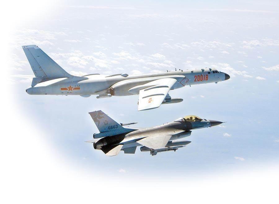 圖為共機短暫跨越海峽中線,F-16監控共軍轟-6。(資料照/國防部提供)
