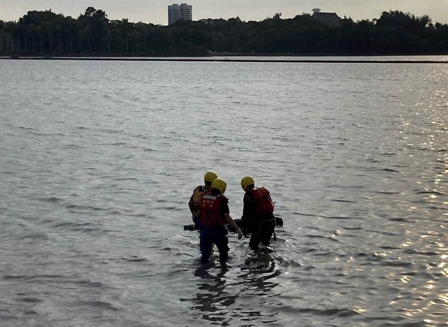 澄清湖發現浮屍,消防局到場打撈遺體。(翻攝照片/林瑞益高雄傳真)