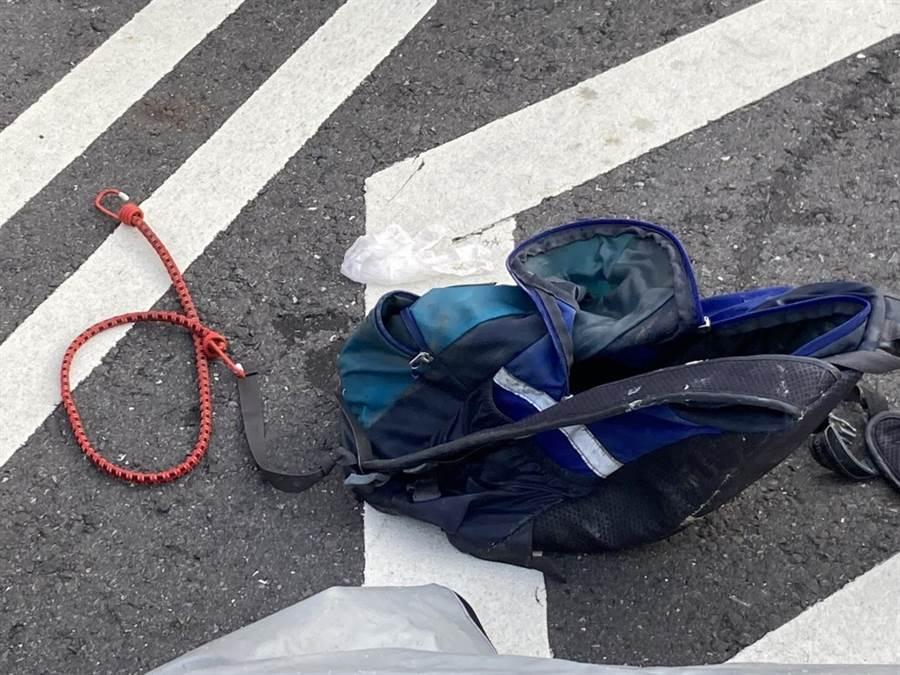 澄清湖發現一對浮屍,警方在遺體上發現背包與繩索。(翻攝照片/林瑞益高雄傳真)
