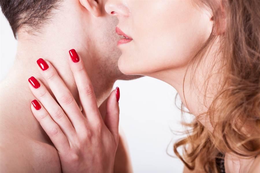 南部一位人妻和里長搞上,兩人在微信上大聊鹹濕內容,丈夫看了超氣。(示意圖/Shutterstock)