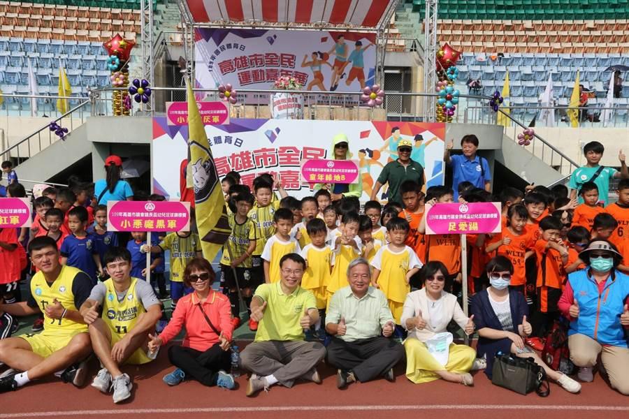 高雄巿體育總會27日舉辦「全民運動嘉年華」吸引上千人參加。(曹明正攝)