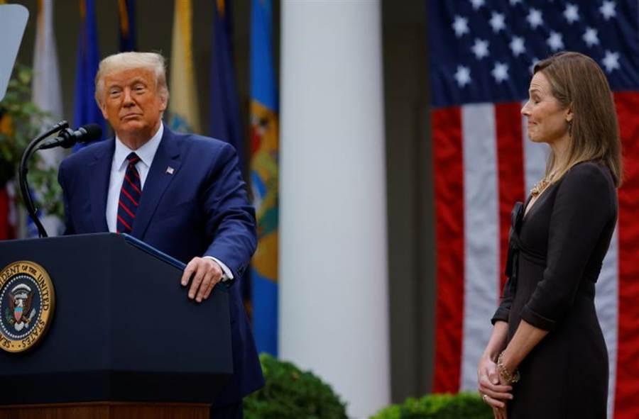 美國總統川普26日正式提名現年48歲的聯邦第七巡迴上訴法院法官巴雷特(Amy Coney Barrett)擔任最高法院大法官,以接替1周前病逝的自由派大法官金斯伯格(Ruth Bader Ginsburg)。這場提名戰勢將引爆三大戰場,且民調結果顯示,多數民眾都不支持川普在選前急著提名的做法。(路透)