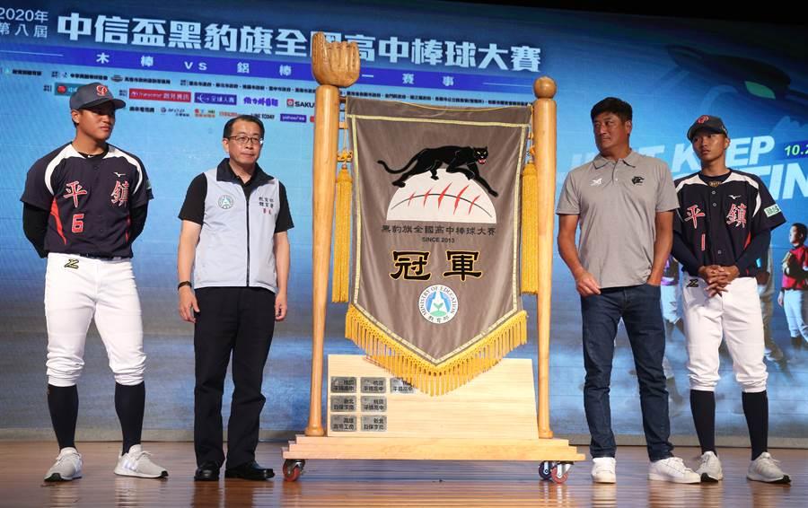 黑豹旗賽前記者會,中華棒協理事長辜仲諒(右二)與教育部體育署長張少熙(左二)和去年冠軍球隊代表合影。(陳君瑋攝)