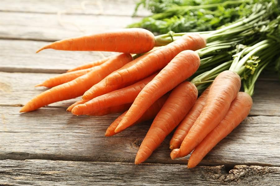 1名英國女大學生日前從超級市場買了一大袋蔬菜,某日想煮菜時竟從中摸出1條25公分巨長胡蘿蔔,讓女大生頓時心花怒放。(示意圖/達志影像)