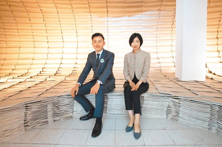 新竹市長林智堅(左)與策展人張馨之(右)坐在州圖的超大裝幀書上,如同徜徉於書海之中。(竹市府提供/邱立雅竹市傳真)