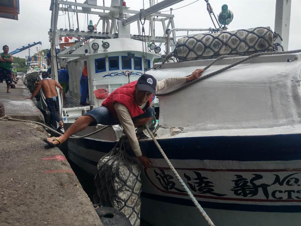新凌波236號漁船返港,船長陳吉雄指漁船遭撞之處,要求日方賠償。(李忠一攝)