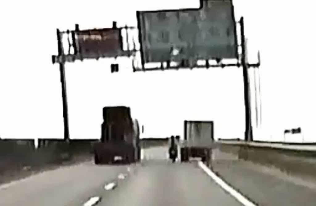 一台水產行小貨車在台88線快速道路右側路肩,超車撞翻重機,警方:若小貨車駕駛確實犯2罪,最重合計判刑8年。(截自《重機車友▕ 各區路況、天氣回報中心》臉書粉專影片)