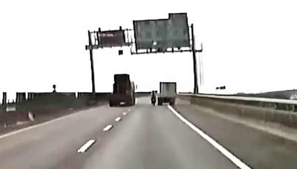 右邊自小貨車疑從路肩逼車,導致重機騎士擦撞重摔。(翻攝網路/林和生屏東傳真)
