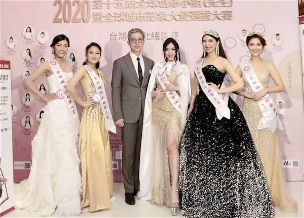 邱浚彥(左三)、第15屆全球城市小姐台灣賽區第一名陳怡蒨(右三)。(中華全球城市選拔協會提供)