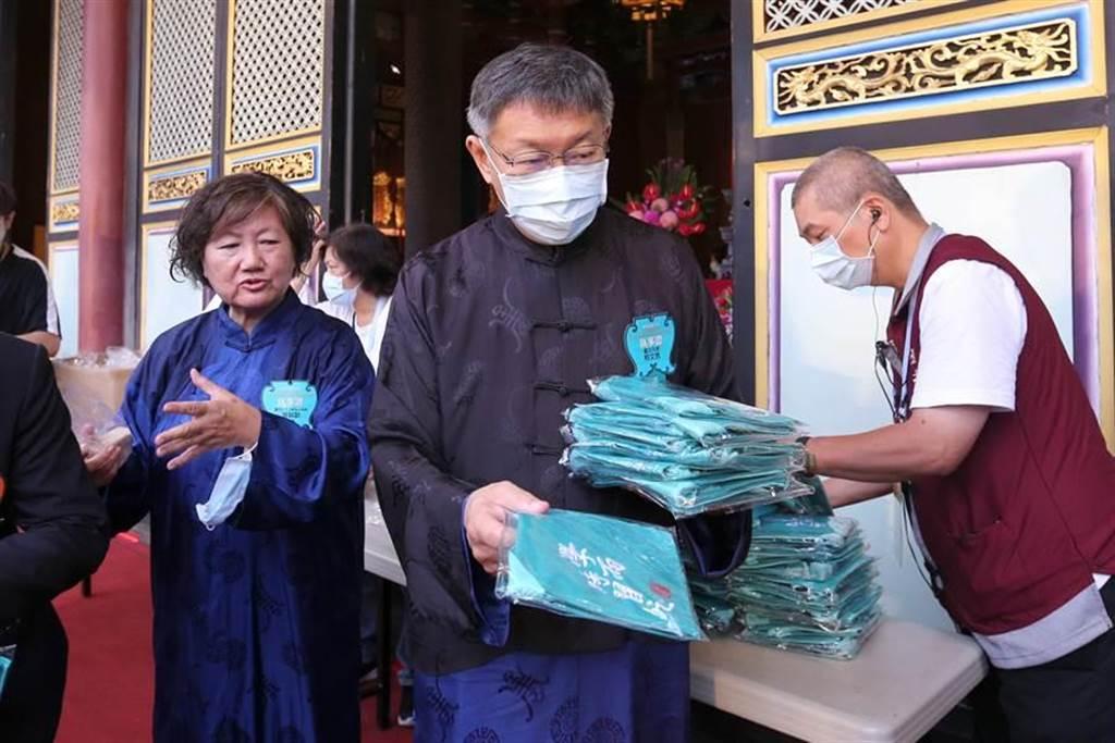 台北市長柯文哲(中)擔任正獻官,典禮結束後發送「學而時習之刺繡小書包」給觀禮民眾。(黃世麒攝)