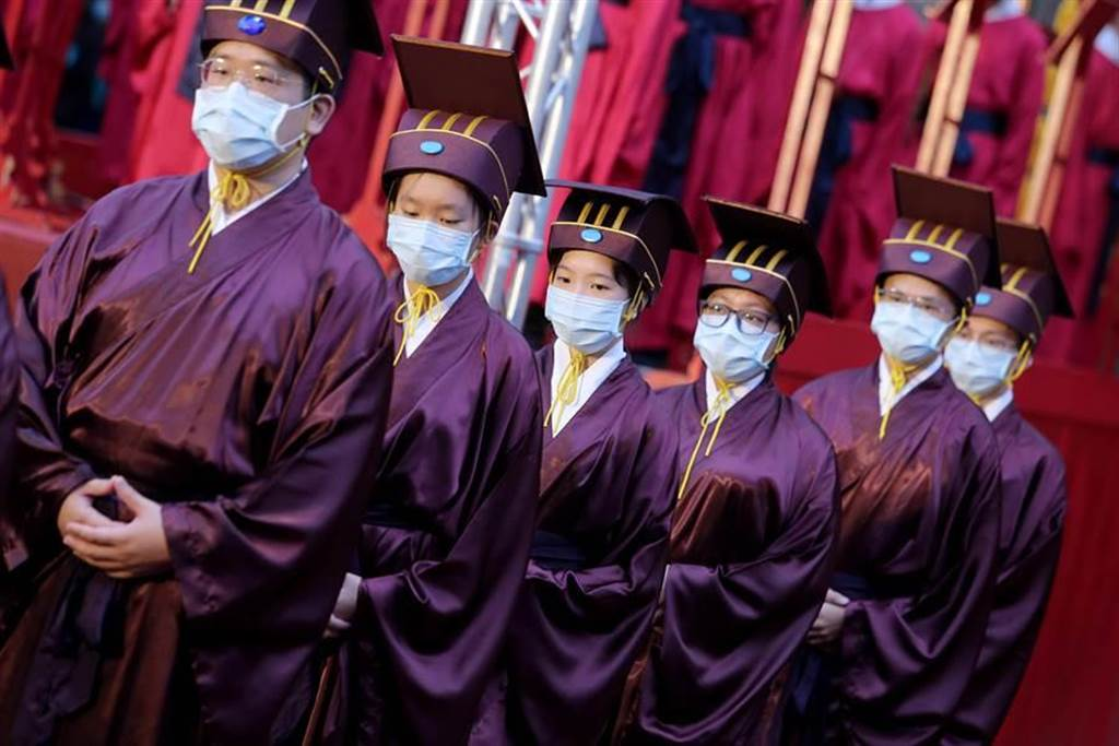 受新冠肺炎疫情影響,禮生紛紛戴上口罩出席典禮。(黃世麒攝)
