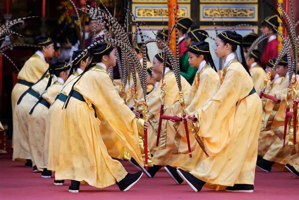 已傳承至90代的大龍國小佾舞隊擔綱六佾舞獻禮。(黃世麒攝)