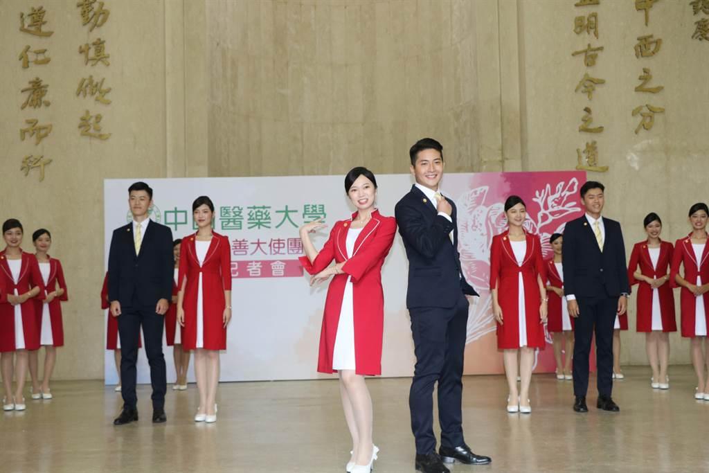 中國醫藥大學「紫薔薇親善大使」今年第6度獲選擔任國慶典禮的禮賓接待,25名學生儀態端莊走秀亮相。(陳淑芬攝)