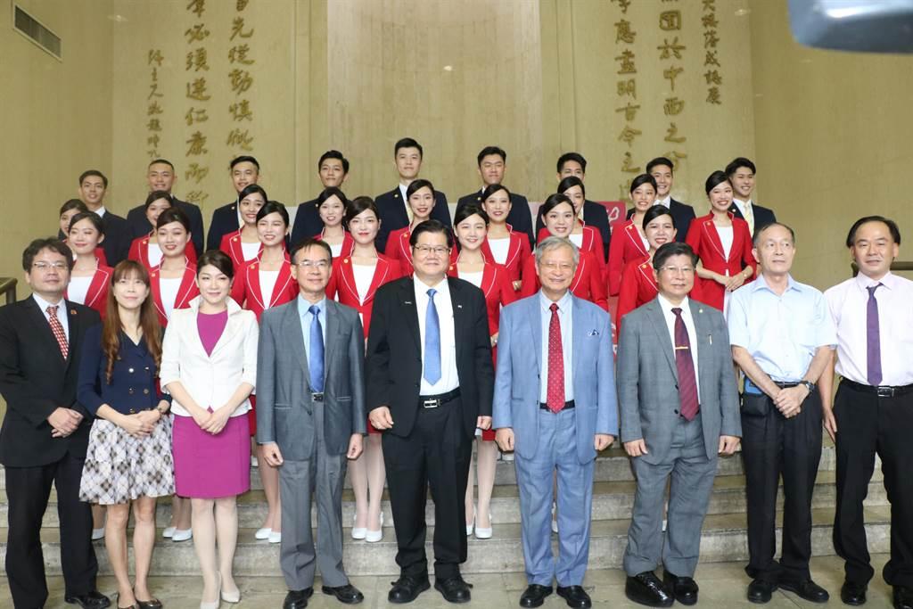 中國醫藥大學「紫薔薇親善大使」今年第6度獲選擔任國慶典禮的禮賓接待,校長洪明奇(前排中)率學生亮相。(陳淑芬攝)