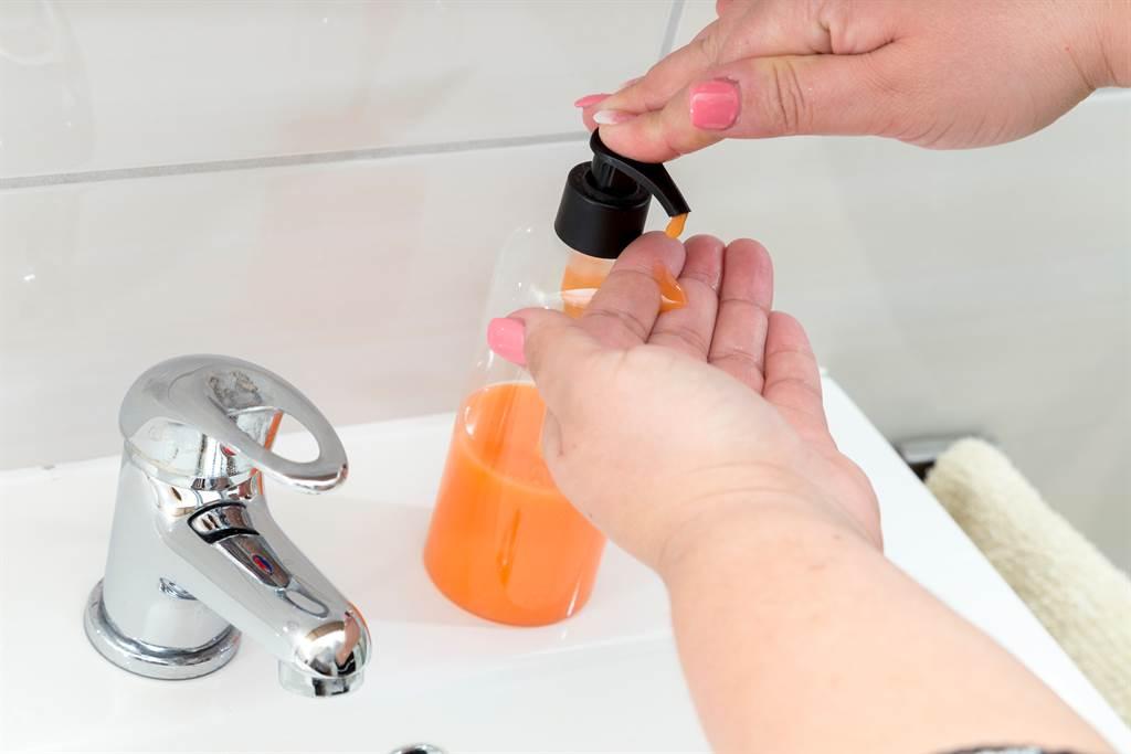 洗手乳用1年「手乾裂爆血」 女細看瓶底小字晴天霹靂(示意圖/達志影像)