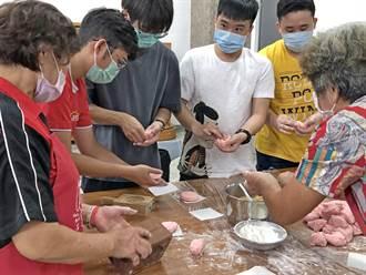 志工媽媽客串老師 金大境外生學作紅龜粿