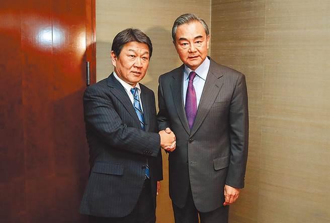 中國大陸外交部長王毅(右)10月將出訪日本,將會見日本外相茂木敏充,圖為2人2月初出席第56屆慕尼黑安全會議。(新華社)