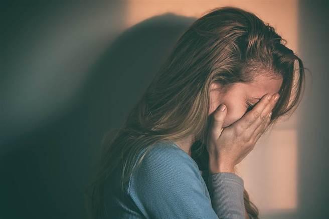 研究發現,有憂鬱和焦慮的年輕人在青少年時期絕大多數睡眠狀況都不好。(達志影像/shutterstock)