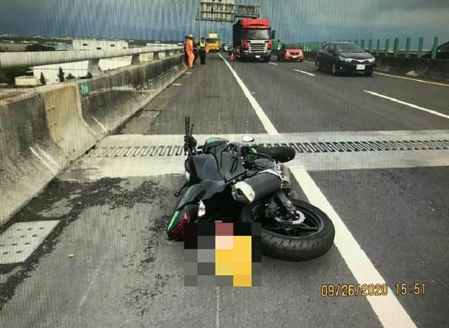 自小貨車與重機騎士擦撞,騎士重摔於快速道路上。(翻攝網路/林和生屏東傳真)