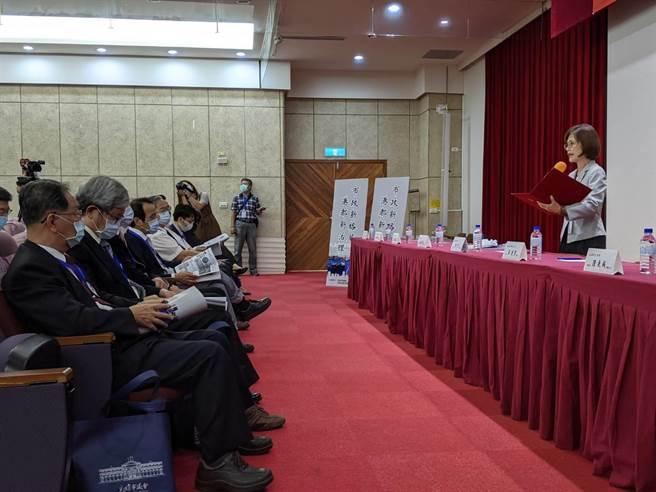 高雄巿議會議長曾麗燕(右)28日出席「市政新格局、港都新治理」論壇。(曹明正攝)