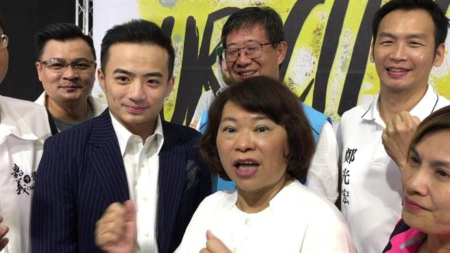 嘉義市長黃敏惠(右)期許台灣街舞小子哈利(左)擊敗世界男神Hong10。(廖素慧攝)