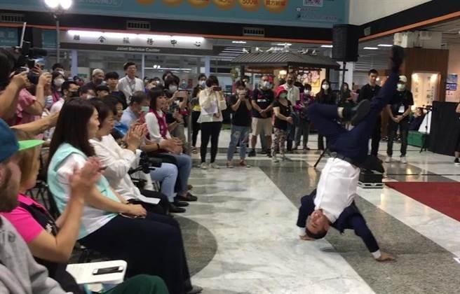 築夢者團長哈利表演街舞,舞藝精湛高超。(廖素慧攝)