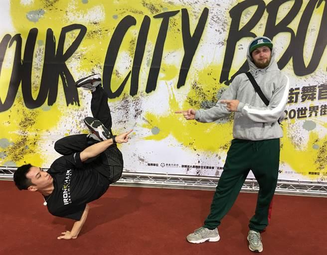 「鐵椅 」小哈利對尬俄羅斯專業Breaking舞者Vlazz。(廖素慧攝)