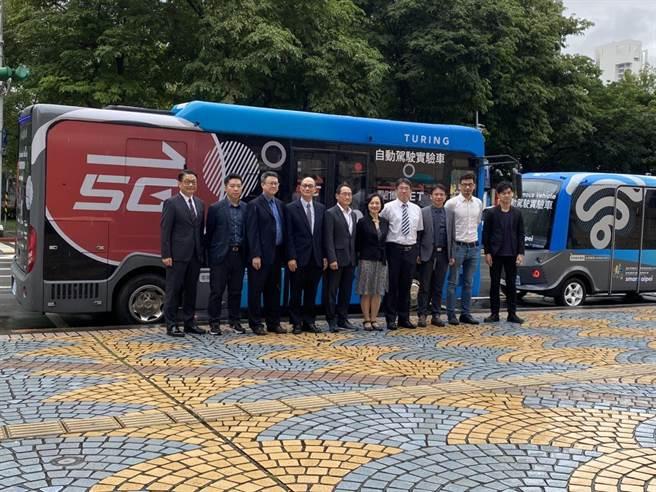 經濟部、北市府與遠傳、台灣智慧駕駛公司合作,在「北市信義路公車專用道」實施夜間自駕巴士測試。(游念育攝)