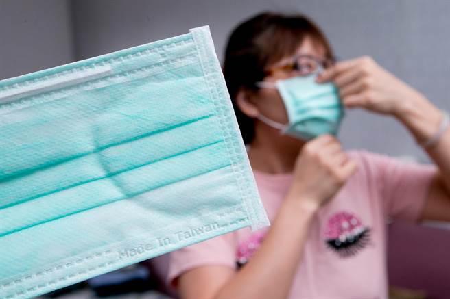 各大健保藥局24日起開賣實名制「雙鋼印」口罩,口罩上印上Made In Taiwan、MD。(資料照,陳信翰攝)