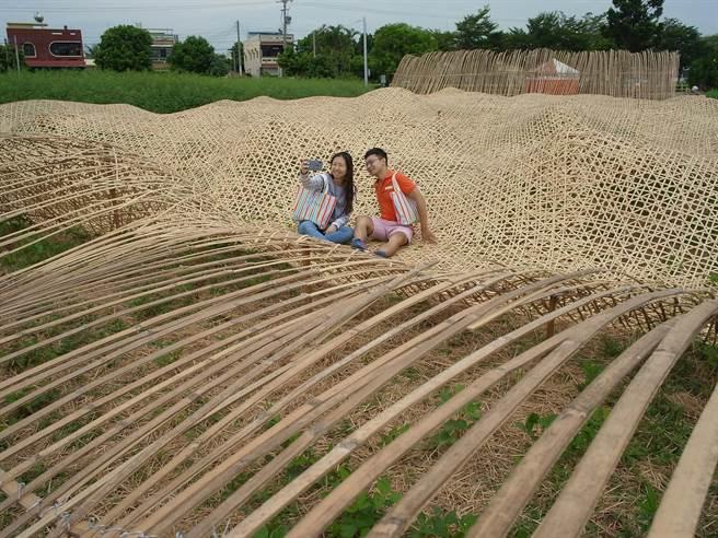 「雲林巾彩耕地藝術節」打造巨型竹編毛巾裝置藝術,行銷雲林縣虎尾鎮毛巾產業。(張朝欣攝)