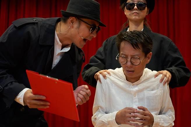 海島演劇作品《那就唱歌吧-蔡焜霖》,搬演《王子》雜誌創辦人蔡焜霖,年輕時無故被指為匪諜,因而入獄10年的故事。(海島演劇提供)