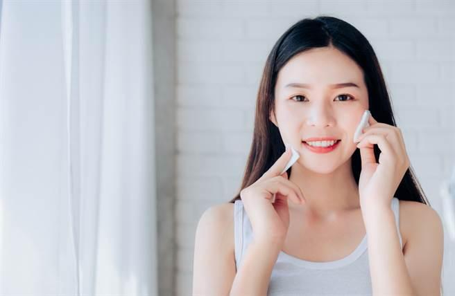 化妝前善用急救小物加強保溼,例如含保溼成分的妝前乳、保溼噴霧、急救面膜等。(示意圖/shutterstock提供)