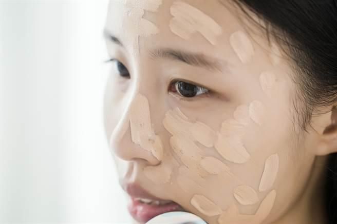 觀察自己的肌膚狀況,若膚質有變化應該更換粉底用品。(示意圖/shutterstock提供)