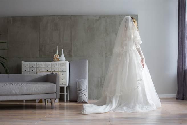 準新娘在PTT上分享訂婚宴的趣事,她表示在文定結束意外被家人丟包,讓她忍不住大喊「我還沒嫁欸」。(示意圖/Shutterstock)