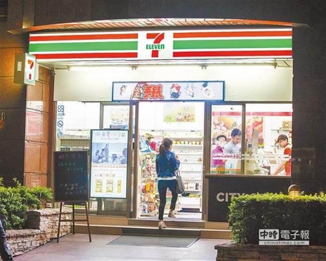一位女網友到超商購物後,驚見大亨堡上有店員「5字」的搭訕,PO上網詢問意見要怎麼回覆,沒想到故事就此超展開。(示意圖/本報系資料照)