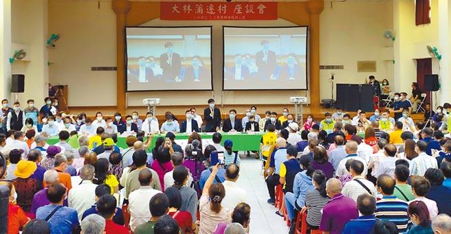 高雄市長陳其邁等人27日到大林蒲,與當地居民座談說明遷村進度,並對居民訴求進行溝通。(柯宗緯攝)