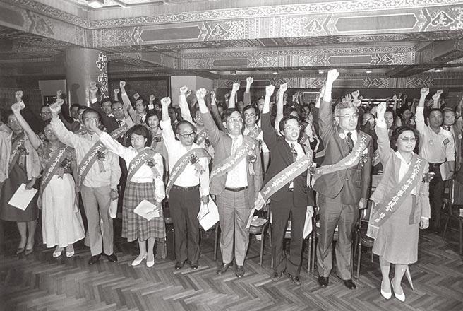 1986年9月28日,游錫堃等135位黨外人士於圓山飯店簽名創建民主進步黨。(本報資料照片)