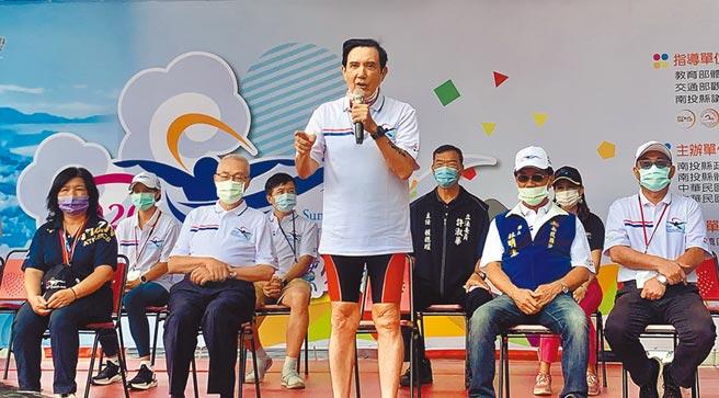 前總統馬英九(中)與前副總統吳敦義(左二),27日出席日月潭泳渡開幕式。(廖志晃攝)