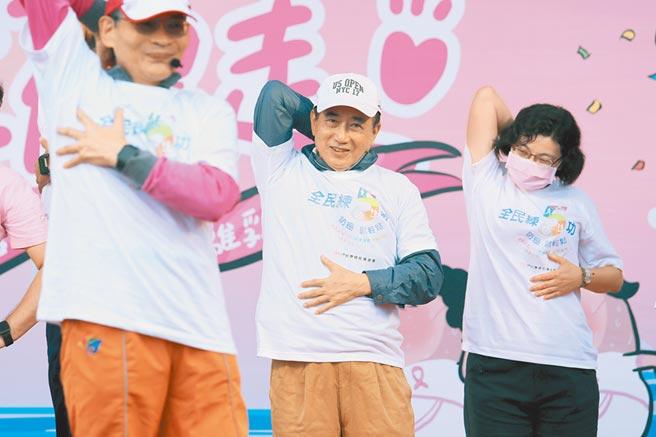 前立法院長、台灣癌症基金會董事長王金平(中)27日參加粉紅健走活動,跟著舞蹈老師大跳防癌熱身操,呼籲國人重視乳癌防治。(黃世麒攝)